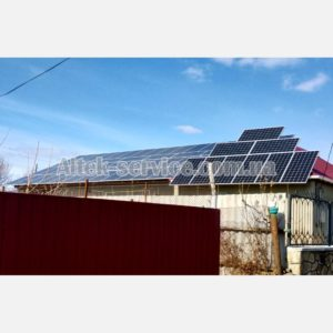 Общий вид. Две крыши с установленными солнечными панелями.