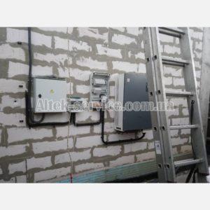 Установленный на стене сетевой инвертор Altek.