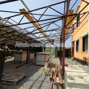 Процесс монтажа каркаса для установки солнечных панелей.