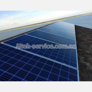 На крыше установлен один ряд солнечных панелей. Панорама.
