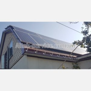 Вид сбоку крыши с установленными солнечными панелями.