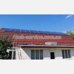 Выполнение работ по креплению солнечных панелей на крыше.