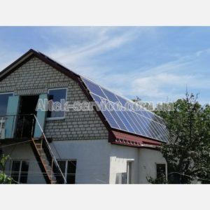 Общий вид крыши с установленными солнечными панелями.