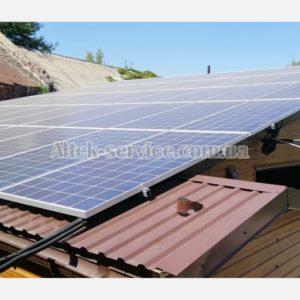 Ракурс с торца. Одна из крыш с установленными солнечными панелями.