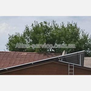 Крыша с установленными солнечными панелями. Вид сбоку.
