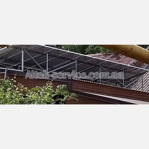 Крыша с установленными солнечными панелями. Вид сзади.
