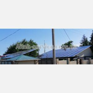 Несколько крыш с установленными солнечными панелями. Панорама.