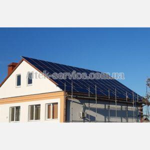 Общий вид. Крыша с установленными солнечными панелями. Вид сбоку.